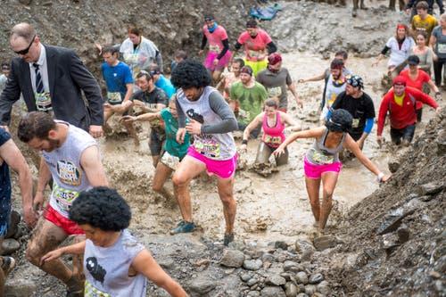 Die Laufenden verlassen den Wassergraben. (Bild: Roger Gruetter / Neue LZ)