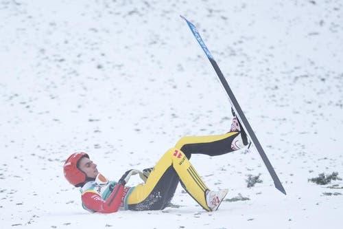 Eine Schrecksekunge erlebte der Deutsche Richard Freitag. Er stürzte bei der Landung, konnte danach aber aufstehen und das Wettkampfgelände verlassen. (Bild: Keystone / Urs Flüeler)