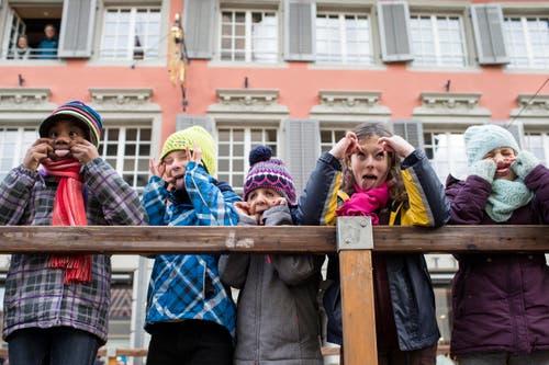 """Kinder beim """"Chaeszaenne"""" an der traditionellen Gansabhauet am Martinstag, am Freitag, 11. November 2016, in Sursee. (KEYSTONE/Alexandra Wey) (Bild: ALEXANDRA WEY)"""