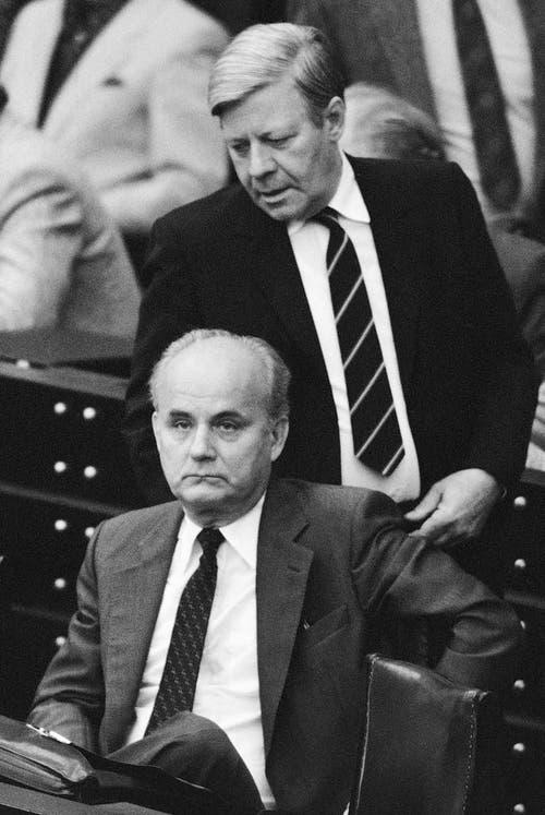 Helmut Schmidt mit dem damaligen Finanzminister Hans Matthöfer am 18. September 1981 im Bundestag in Bonn. (Bild: Keystone)