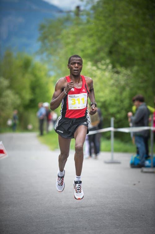 Er ist der Sieger in der Kategorie Herren Elite und knackte den Streckenrekord: Hirum Wandangi. (Bild: Roger Grütter / Neue LZ)