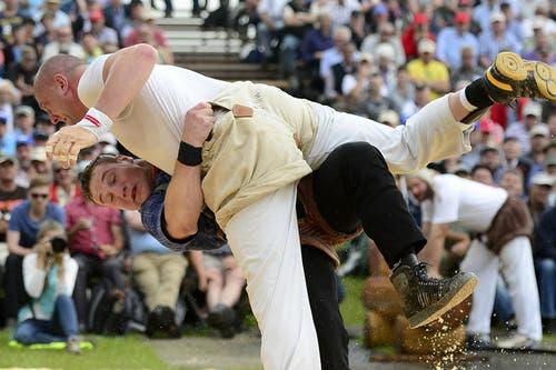Joel Wicki (unten) im Kampf gegen Stefan Burkhalter im 4. Gang. (Bild: Keystone / Urs Flüeler)