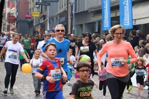 Familien beim Zieleinlauf. (Bild: Sara Häusermann / luzernerzeitung.ch)