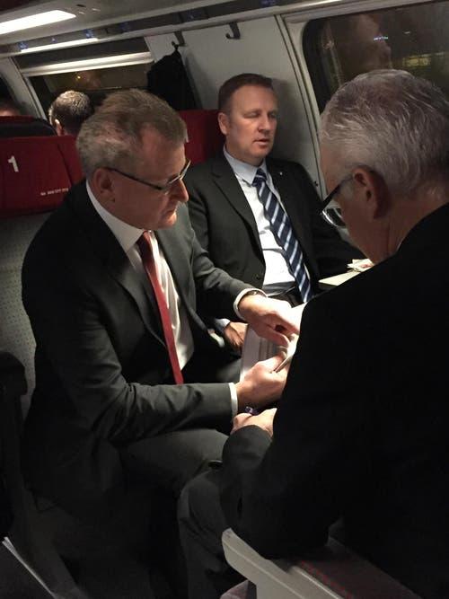 Der Zuger Landamman Heinz Tännler bespricht sich mit der Baarer Delegation.