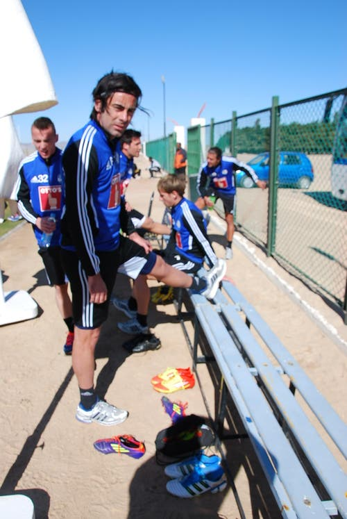 Tomislav Puljic dehnt sich nach dem intensiven Lauftraining. (Bild: Daniel Wyrsch / Neue LZ)