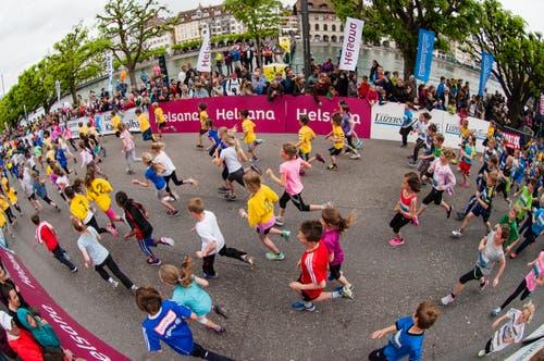 Läufer beim Start (Bild: Roger Grütter / Neue LZ)