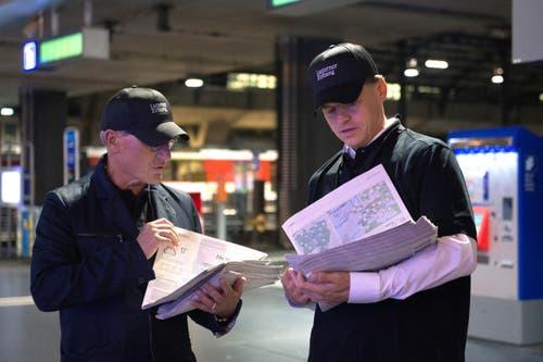 Jürg Weber, Leiter Regionalmedien (links) und Veit V. Dengler, CEO der NZZ-Mediengruppe im Bahnhof Luzern. (Bild: Nadia Schärli / Neue LZ)