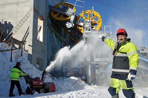 16. Januar: Bereits sind die Rollen für das Zugseil in der neuen Bergstation montiert, so Amado De Giovanetti, Seilbahnmonteur der Firma Garaventa. (Bild: Robert Hess / Neue OZ)