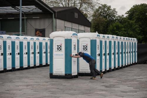 Die Firma Toitoi stellte auf dem Zirkusplatz rund 300 mobile Toiletten auf, die mit 15 Lastwagen aus Emmen und Buchs ZH herangefahren wurden. Sechs Arbeiter waren von Freitag bis Sonntagmorgen rund um die Uhr im Einsatz und haben sich laufend um die Reinigung gekümmert. (Bild: Pius Amrein / Neue LZ)