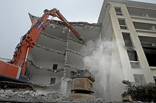 24.01.2013: Die Bagger reissen das alte Parkhotel auf dem Bürgenstock ab. (Bild: Nadia Schärli / Neue LZ)
