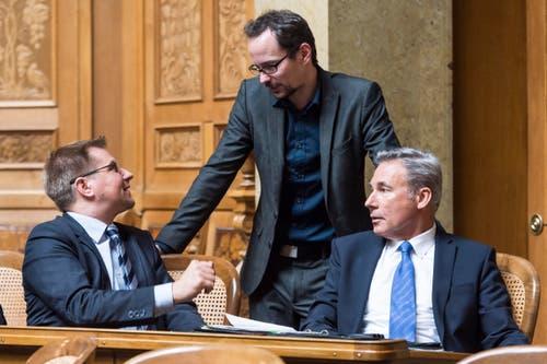 SVP Präsident Toni Brunner, links, diskutiert mit Balthasar Glaettli, GP-ZH, Mitte, und SVP Fraktionschef Adrian Amstutz, BE. (Bild: LUKAS LEHMANN)