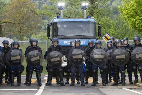 Die Polizeiaspranten warten vor der Simulation einer Demonstration. (Bild: Keystone / Anthony Anex)