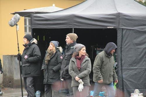 Die beiden Hauptdarsteller Stefan Gubser und Delia Mayer schützen sich gegen die Kälte. (Bild: Claude Hagen (Neue LZ))