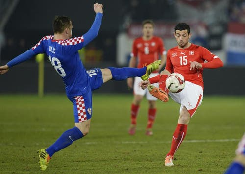 Blerim Dzemaili (rechts) gegen Ivica Olic. (Bild: Keystone)