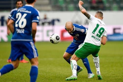 Luzerns Migjen Basha von Luzern, mitte, gegen Mario Mutsch. (Bild: Keystone / Gian Ehrenzeller)