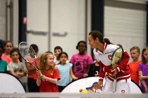 Martina Hingis trainiert mit einem Mädchen. (Bild: Nadia Schärli (Neue LZ))