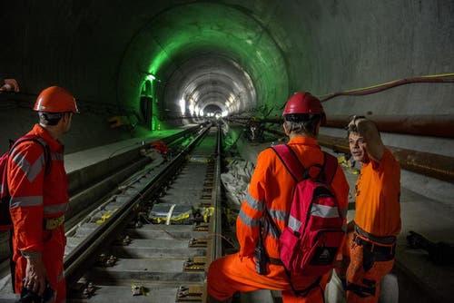 28. Mai 2014: Arbeiter im Tunnel, 300 Meter unter der Erdoberfläche und 40 Kilometer von der Nordausfahrt entfernt, auf Gebiet von Faido. (Bild: Keystone)