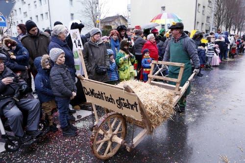 Die Schnitzelbankgruppe Mischtchäfer mit ihrem Suejt «De Mischt isch gfüert». (Bild: Werner Schelbert (11. Februar 2018))