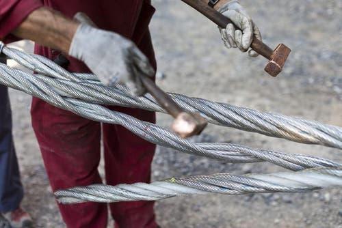 Spleissung des Seils am 13. August bei der Talstation Stöckalp. (Bild: Keystone)