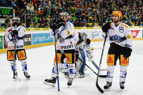 12. März: Der EV Zug scheitert im Viertelfinal-Playoff am HC Davos. Die Enttäuschung bei den Zuger Spielern über das vorzeitige Saisonende ist riesig. (Bild: Keystone/Gian Ehrenzeller)