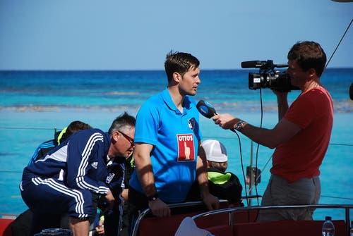 David Zibung gibt auf hoher See ein TV-Interview für Thomas Erni vom Zentralschweizer Fernsehen Tele 1. (Bild: Daniel Wyrsch/Neue LZ)