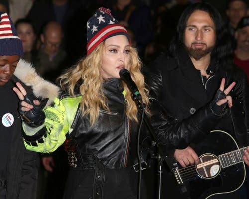 Sängerin Madonna performt für Hillary Clinton. (Bild: Keystone)
