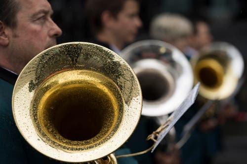 Die Harmonie Rohrdorf bei ihrer Parade. Offensichtlich wurde diese etwas verregnet. (Bild: LAURENT GILLIERON)