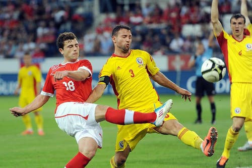 Admir Mehmedi (links) gegen Razvan Rat. (Bild: Keystone)