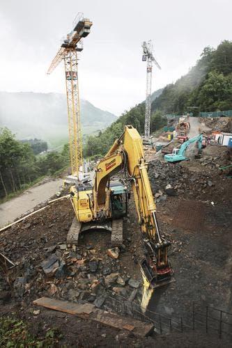 Schweres Gerät auf dem Bürgenstock: Im Vordergrund wird die Servicestrasse gebaut, bei den Kränen entstehen die Residenzen. (Bild: Manuela Jans/Neue LZ)