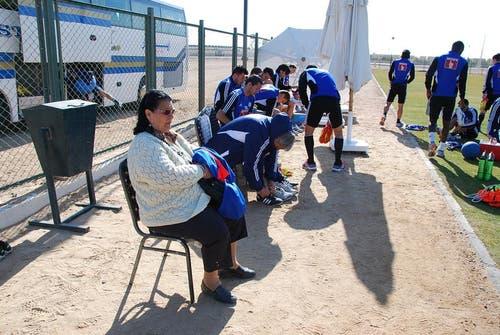 Yakin-Mama Emine ist in El Gouna bei jedem Training und Match interessierte Zuschauerin der Mannschaft von Murat. (Bild: Daniel Wyrsch / Neue LZ)