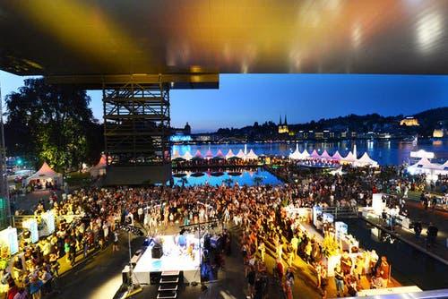 24. Juli 2013: Sicht vom KKL auf das Treiben am Blue Balls Festival. Das Festival lockte auch 2013 weit über 100'000 Besucher an. (Bild: Eveline Beerkircher / Neue LZ)