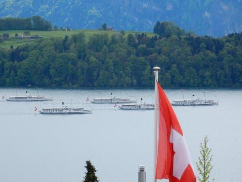 Zu Ehren dieser wundervollen Schiffs-Parade weht sogar die Schweizerfahne. (Bild: Leserin Margrith Imhof Röthlin)