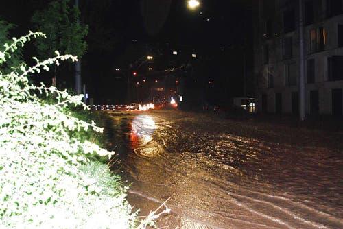 Überflutete Strasse im Würzenbach-Quartier in Luzern. (Bild: Leser Michael Osborne)