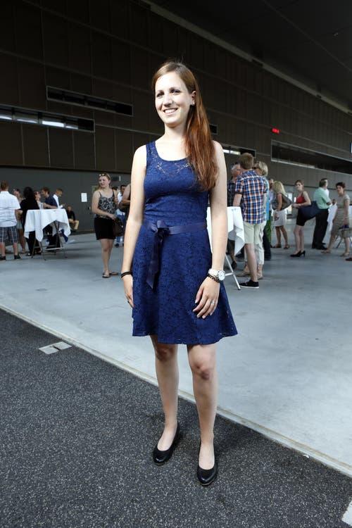 Nadia Merz, 25, Polygrafin, Unterägeri: «Dieses Kleid habe ich bei Zalando gefunden und bestellt. Ich wusste allerdings nicht auf Anhieb, ob ich das Kleid in Rot oder in Blau wählen sollte. Einmal angezogen, fand ich, dass mir das Blaue besser stehen würde.» (Bild: Neue ZZ/Werner Schelbert)