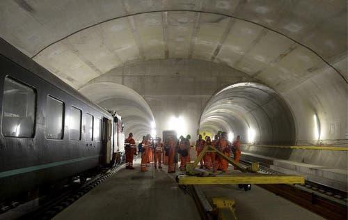 31.10.2013: Arbeiten am Einbau der Bahntechnik bei einer der Multifunktionsstellen im 57 Kilometer langen Basistunnel. (Bild: Keystone)