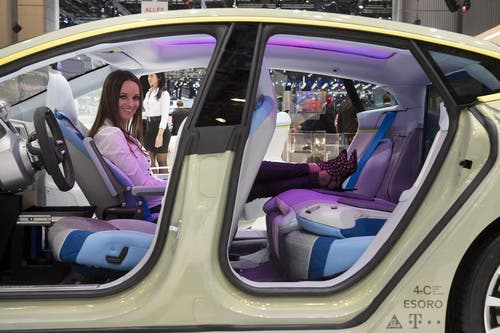 Der Rinspeed XchanE zeigt, wie der Fahrer sich entspannen kann. Fernseher, Breitband-Internet und Kaffeemaschine natürlich inklusive. (Bild: Keystone)