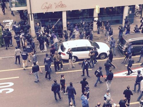 25. Mai: Nach dem Match FCL-FCZ vom Pfingstmontag ist es in der Luzerner Innenstadt zu wüsten Szenen gekommen. Die Polizei setzte Pfefferspray ein. (Bild: Leserreporter)