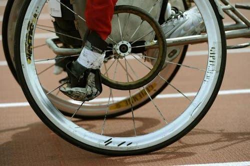 Ein Rollstuhlfahrer mit getapten Händen. (Bild: Keystone)