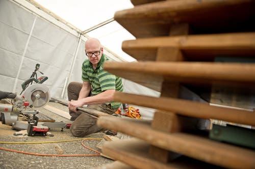 Sandro Zanella beim Aufbau der Walliser Stube. (Bild: Corinne Glanzmann)
