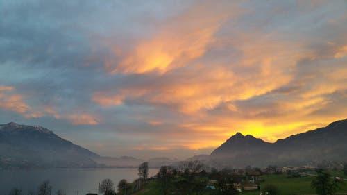 Morgenrot am Mittwoch über dem Sarnensee. (Bild: Jörg Meier)