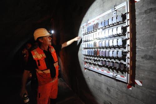 Untersucht wird das Korrosionsverhalten von sicherheitsrelevanten Befestigungselementen aus nichtrostendem Stahl im Gotthard-Strassentunnel über einen Zeitraum von zehn Jahren. (Bild: Urs Hanhart / Neue UZ)