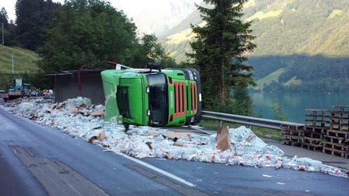 Ein Lastwagen kippte auf der Brünigstrasse um. 8640 1,5-Liter-Flaschen Mineralwasser kullern auf die Strasse. (Bild: Kapo Obwalden)