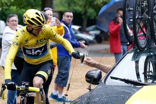 Gesamtleader Chris Froome stösst mit seinem Teamchef im Auto auf den Toursieg an. (Bild: Epa / Sebastien Nogier)