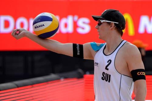 Nico Beeler beweist Geschicklichkeit mit dem Volleyball. (Bild: Keystone)