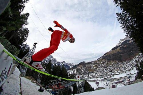 Kamil Stoch fliegt über die Titlis-Schanze und gewinnt das Springen vom Sonntag. (Bild: Philipp Schmidli/Neue LZ)
