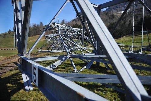 29. Februar: Die Masten der alten Stanserhornbahn liegen auseinandermontiert beim Schützenhaus in Ennetmoos. (Bild: Corinne Glanzmann / Neue LZ)