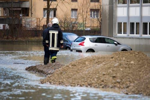 Die Feuerwehr errichtete einen Damm, um schlimmeres zu verhindern. (Bild: Keystone / Urs Flüeler)