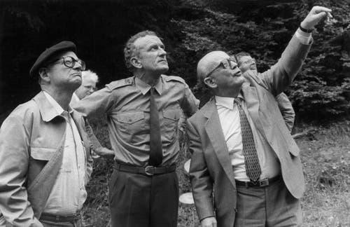 Alphons Egli, Kantonsoberförster August Studer und der aargauische Regierungsrat Kurt Lareida (von links) machen sich am 30. August 1983 im Zofinger Staatswald ein Bild vom Ausmass der Erkrankung unserer Wälder. (Bild: Keystone / Str)