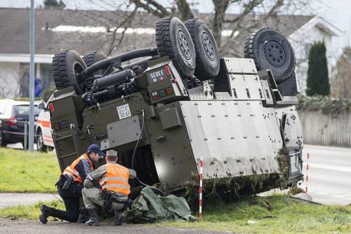 Spezialisten von Polizei und Armee untersuchen das Unfallfahrzeug. (Bild: Alexandra Wey / Keystone)