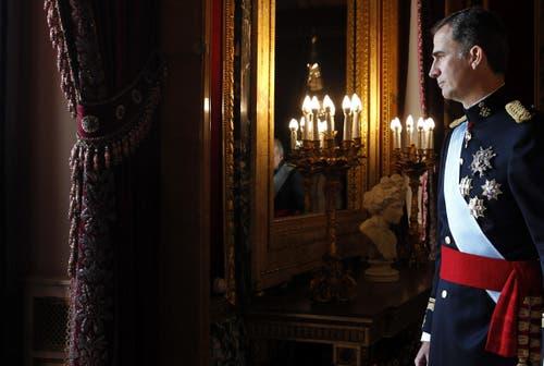 Spaniens neu gekrönter König Felipe VI im Juni auf dem Weg zum Balkon des königlichen Palastes, um der Menge zuzujubeln. (Bild: Keystone)